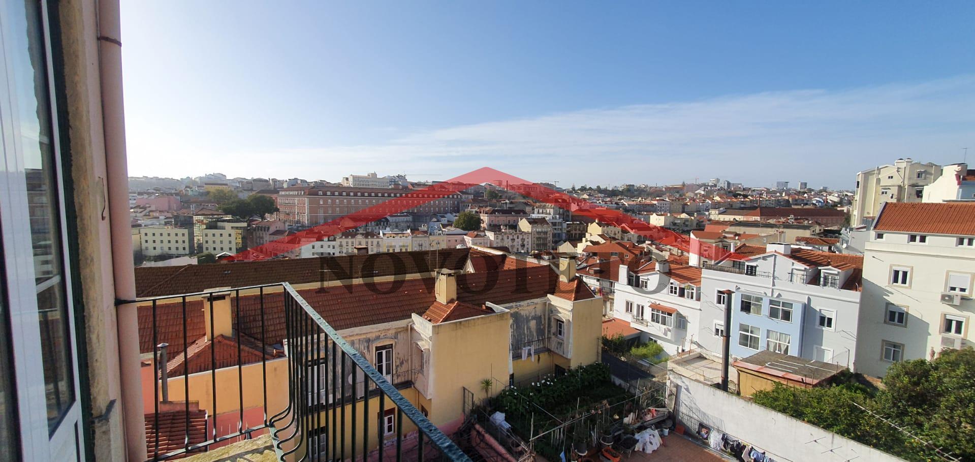 T4 Duplex Totalmente Renovado com Varanda com vista para Castelo Sao Jorge